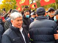 Неизвестные обстреляли машину экс-президента Киргизии Атамбаева во время митинга