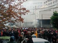 В Киеве закидали петардами и дымовыми шашками здание Конституционного суда