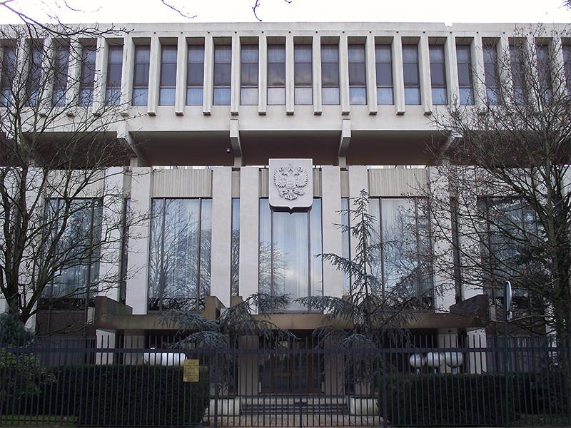 """В российском посольстве во Франции заявили, что жестокое убийство преподавателя 18-летним уроженцем Москвы с чеченскими корнями Абдулахом Анзоровым не имеет """"никакого отношения к России"""", так как подозреваемый жил во Франции с семьей последние 12 лет"""