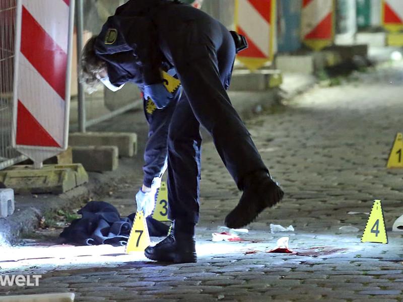 Около двух недель назад подозреваемый, вооруженный кухонным ножом, напал на двух мужчин прямо в центре Дрездена