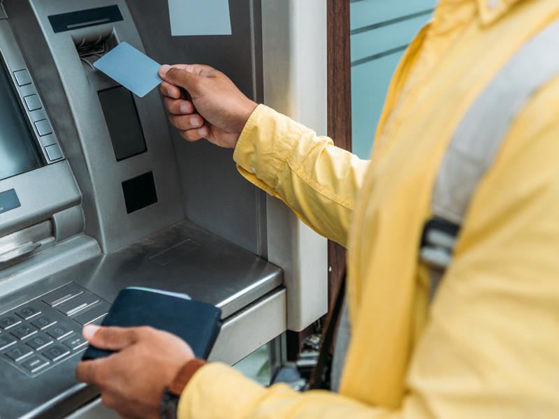 """Жители Киргизии не могут снять деньги в банкоматах: их отключили, опасаясь мародерства на фоне беспорядков в стране"""" />"""