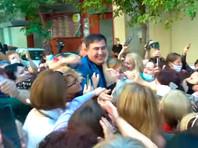 В Афинах мужчина в капюшоне напал на Михаила Саакашвили, после чего полиция применила слезоточивый газ против грузинских эмигрантов
