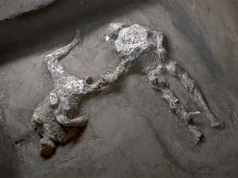 """На раскопках в городе Помпеи обнаружены останки двух мужчин, погибших при извержении Везувия в 79 году н.э."""" />"""