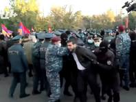 В столице Армении продолжаются массовые акции с требованием отставки Пашиняна, которого оппозиция обвинила в предательстве национальных интересов