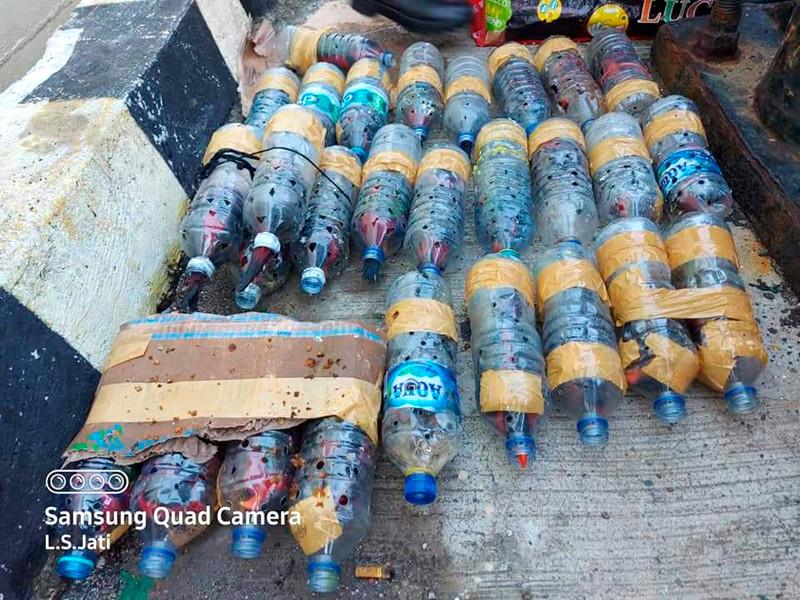 Полиция индонезийской провинции Папуа нашла на судне в порту Факфак контрабанду - 74 попугаев, каждый из которых был помещен в маленькую пластиковую бутылку