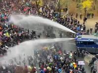 Полиция Берлина применила водометы и слезоточивый газ на демонстрации против ковид-ограничений (ВИДЕО)