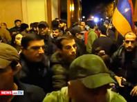 В Армении протестующие ворвались в здания правительства и парламента, избили спикера и обокрали Пашиняна (ВИДЕО)