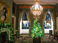 В украшении резиденции американского президента принимали участие волонтеры со всей страны. В общей сложности на территории Белого дома установлены более 60 рождественских елок, развешаны гирлянды совокупная длина которых - около 400 метров