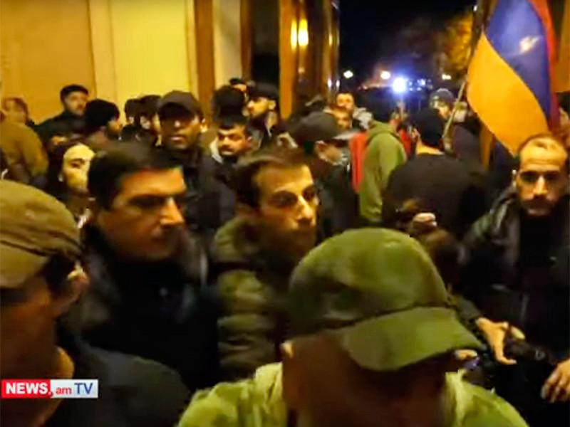 В Армении протестующие ворвались в здания правительства и парламента, избили спикера и обокрали Пашиняна