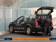 """В Берлине автомобиль врезался в главные ворота здания, где находится офис канцлера ФРГ Ангелы Меркель. На бортах машины было написано белой краской: """"Вы проклятые убийцы детей и стариков"""" и """"Остановите политику глобализации"""""""