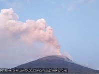 Вулкан Левотоло, расположенный на индонезийском острове Ломблен (Лембата) в южной части страны, начал извержение в воскресенье