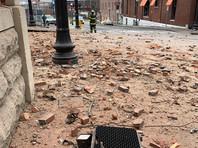Три человека госпитализированы, их жизни ничего не угрожает. В результате взрыва выбило стекла в домах и магазинах. По данным CNN, повреждены десятки зданий