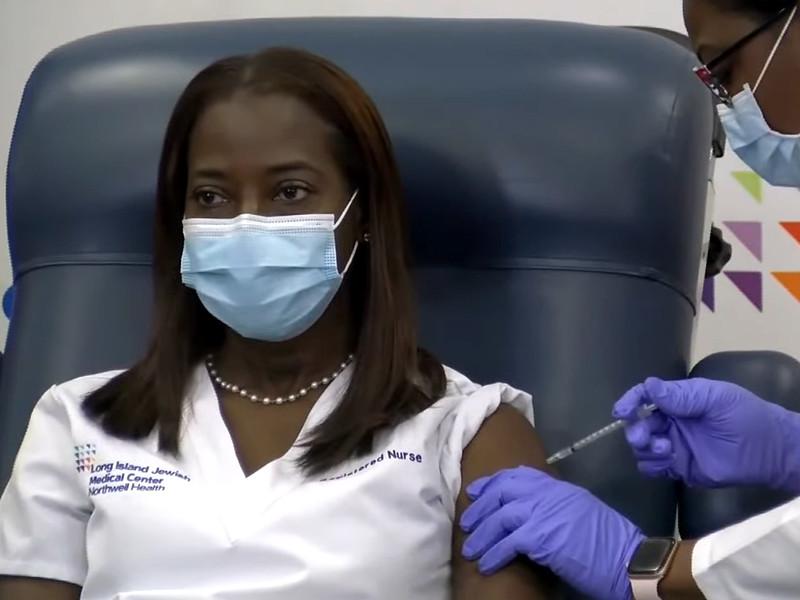 В США началась массовая вакцинация от коронавируса