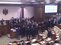 Парламент Молдавии 3 декабря ограничил полномочия президента, переведя Службу информации и безопасности (СИБ) из подчинения президента в подчинение парламенту