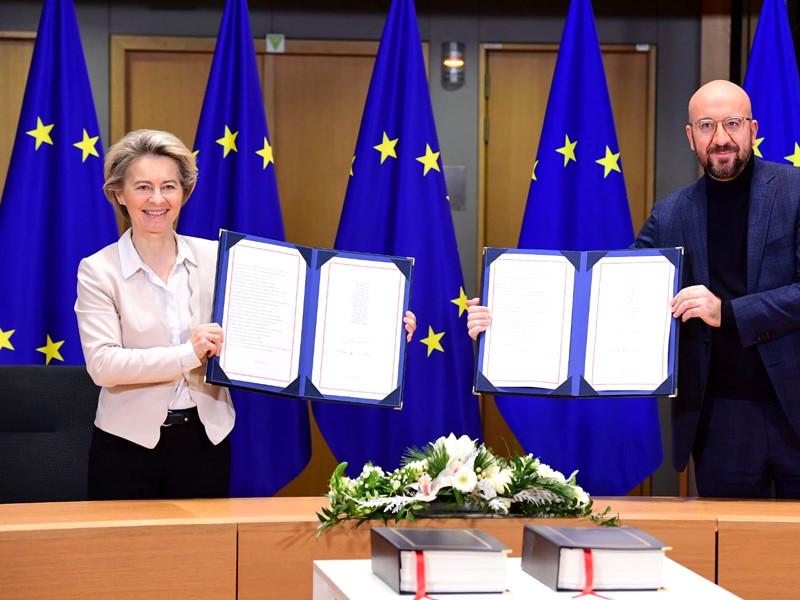 Председатель Европейского совета Шарль Мишель и председатель Еврокомиссии Урсула фон дер Ляйен подписали три соглашения об отношениях ЕС и Великобритании после Brexit