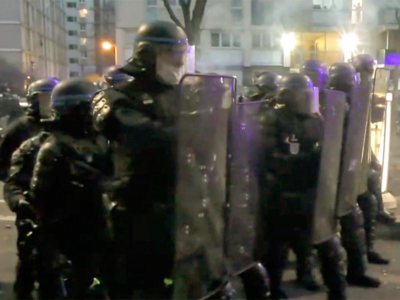 """В Париже произошли погромы и столкновения в ходе протестов против """"полицейской цензуры"""" (ВИДЕО)"""