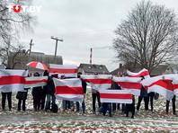 """Люди организуются в небольшие колонны под бело-красно-белой символикой, выстраиваются в цепи солидарности, скандируют """"Пока мы едины, мы непобедимы"""", """"Присоединяйся"""""""