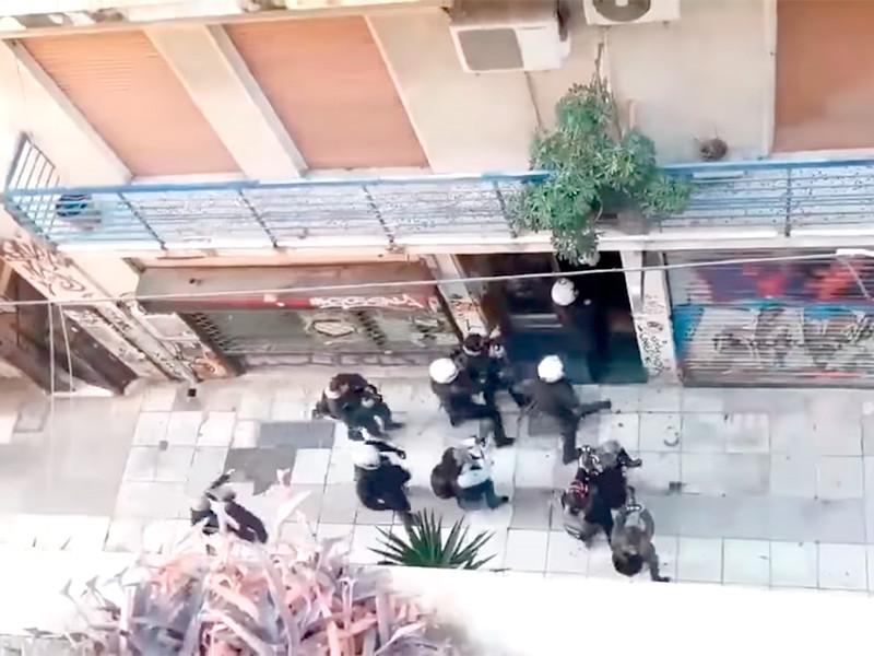В Греции в воскресенье полиция задержала более 100 человек в центре Афин за нврушение запрета на митинги в день памяти 15-летнего подростка Алексиса Григоропулоса, которого в 2008 году застрелил полицейский