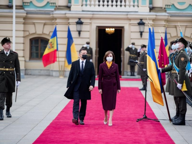 Новый президент Молдавии из-за пандемии и экономии совершила первую зарубежную поездку на автомобиле
