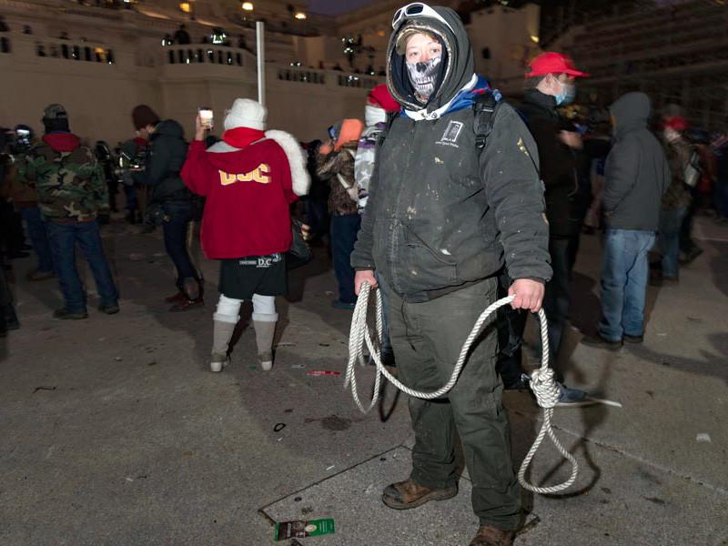 ФБР заинтересовалось пластиковыми стяжками в руках участников штурма Капитолия (ФОТО)