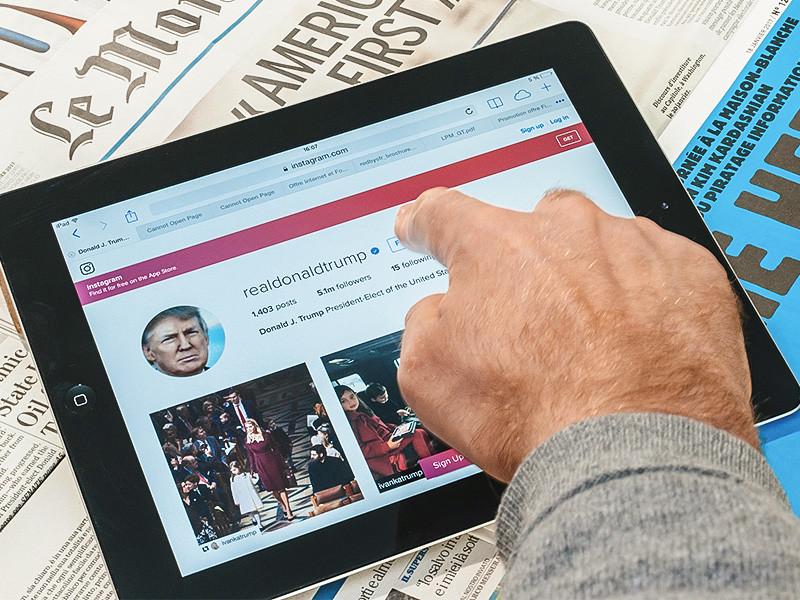 Блокировка аккаунтов действующего президента США Дональда Трампа в Facebook и Instagam будет действовать по меньшей мере ближайшие две недели и может стать бессрочной