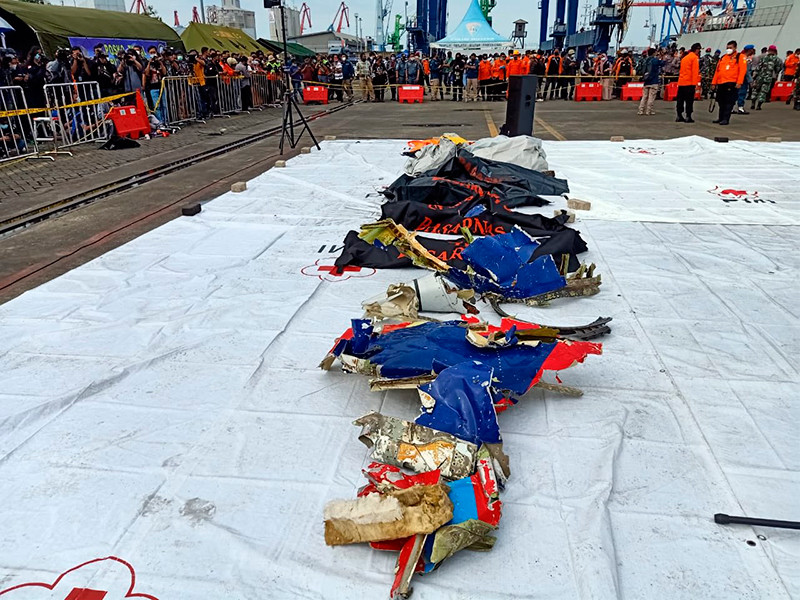 Boeing, потерпевший крушение в Индонезии, мог развалиться при столкновении с водой, а не в воздухе