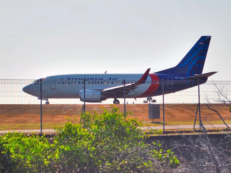 В Индонезии пассажирский Boeing потерпел крушение вскоре после взлета, местные жители слышали взрывы
