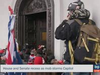 У здания Капитолия продолжаются столкновения сторонников действующего президента Дональда Трампа и полиции