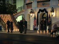 22 февраля президент США принял участие в церемонии зажжения 500 свечей на ступенях Белого дома и минуте молчания в память о жертвах пандемии
