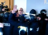 В Грузии полиция взяла штурмом офис партии Саакашвили и арестовала ее лидера (ВИДЕО)