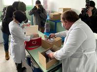 Первым регионом, получившим вакцину, стала Черкасская область. Накануне в страну поступило 500 тысяч доз препарата Covishield, разработанного компанией AstraZeneca совместно с Оксфордским университетом и произведенного Институтом сыворотки Индии