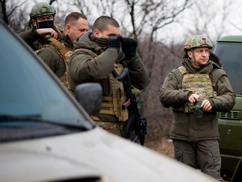 Владимир Зеленский в четверг посетил позиции войск, которые находятся непосредственно у линии соприкосновения в Донбассе