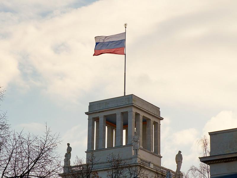 Российский флаг на здании посольства РФ в Берлине