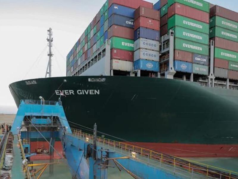 Застрявший в Суэцком канале контейнеровоз удалось снять с мели