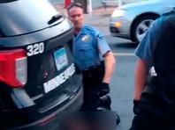 46-летний Джордж Флойд был задержан 25 мая 2020 года. Полицию вызвал сотрудник магазина, заподозривший, что Флойд расплатился фальшивой 20-долларовой купюрой. Момент задержания был заснят прохожими на видео, которое потом опубликовали в интернете