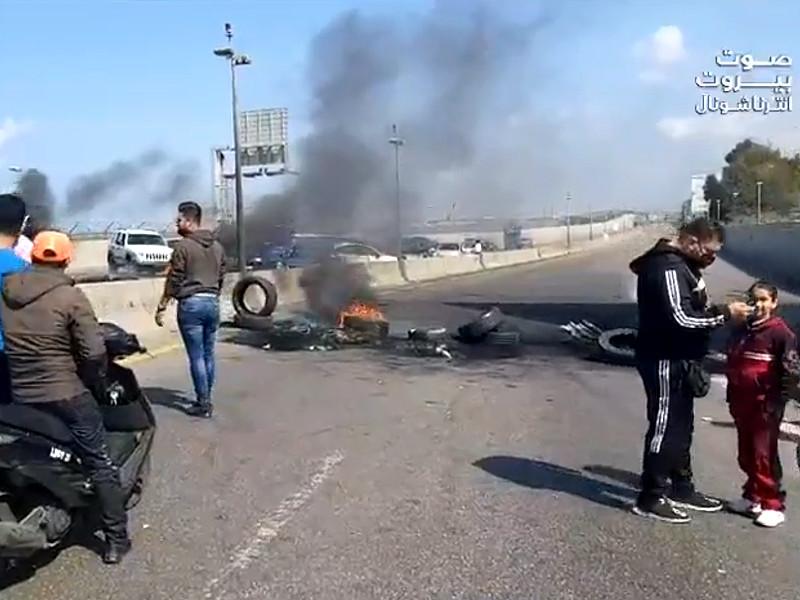 В Ливане демонстранты заблокировали выезды и въезды в Бейрут на основных автомагистралях горящими покрышками и мусорными баками