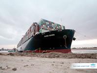 Севший на мель в Суэцком канале контейнеровоз удалось немного сдвинуть с места