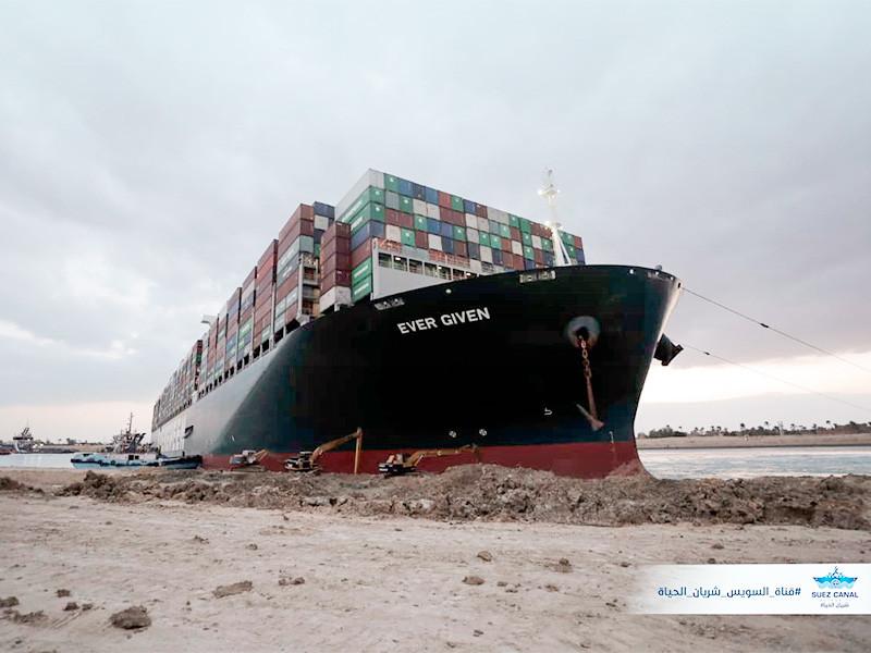 Начавшийся ночью прилив способствовал снятию с мели контейнеровоза и повысил шансы на его скорейшее возвращение в фарватер