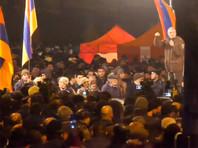 На проспекте Баграмяна, где расположены здания парламента и президентской резиденции, сооружена сцена и установлены палатки. Движение на проспекте перекрыто с 25 февраля