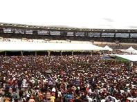 Полиция Танзании заявила, что с президентом хотели проститься очень много людей. По словам командующего специальной полицейской зоны Дар-эс-Салама, многие пытались проникнуть на стадион, где проходила церемония прощания, в обход утвержденного маршрута