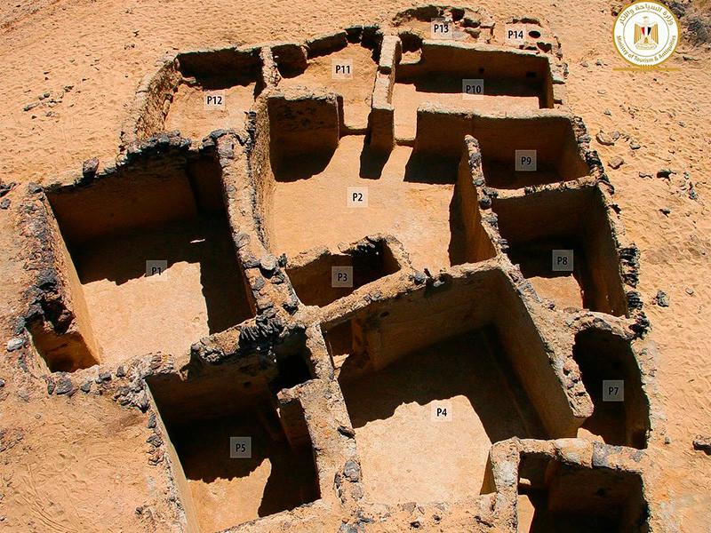Развалины трех христианских церквей на территории древнего монастыря к юго-западу от Каира найдены в египетской пустыне