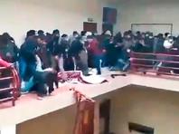 В Боливии в университете во время собрания студентов семь человек погибли, упав с лестничного пролета с высоты 17 метров