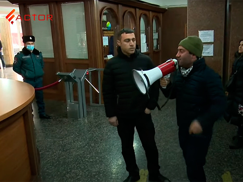 Группа оппозиционеров, преодолев сопротивление полиции, вошла в одно из зданий правительственного комплекса в Ереване. Они потребовали отставки премьер-министра Никола Пашиняна