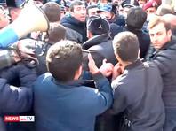 В Ереване возле резиденции президента произошли стычки между полицией и демонстрантами
