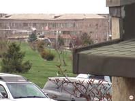 В Армении эвакуируют сотрудников Минобороны, столкнувшихся с акциями протеста родственников военных (ВИДЕО)