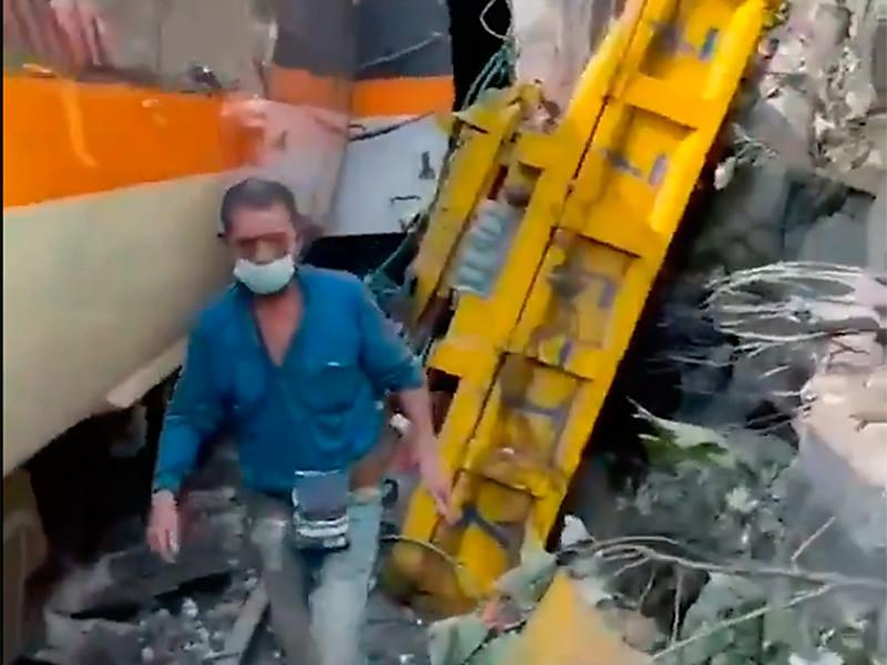 На Тайване с рельсов сошел поезд, в результате катастрофы по меньшей мере четыре человека погибли на месте, 27 получили ранения.Еще не менее 36 пассажиров не подают признаков жизни