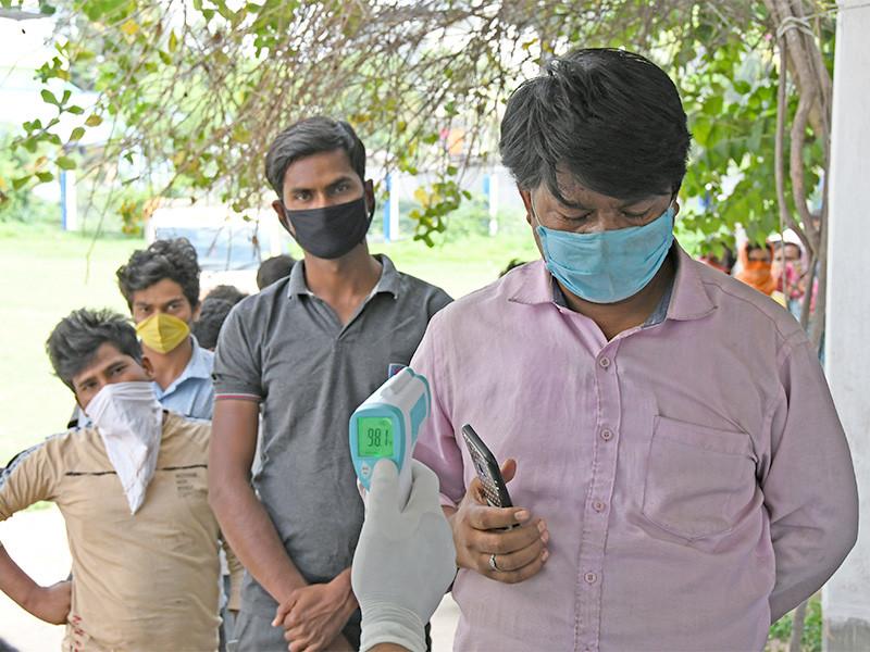 В Индии четвертые сутки фиксируется рекордное число новых случаев коронавируса. За последние 24 часа в стране было зарегистрировано 349 тысяч инфицированных и 2,7 тыс. умерших. Общее число заболевших достигло почти 17 млн, скончавшихся - 192 тысячи