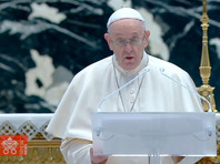 Папа римский Франциск в воскресенье второй год подряд отслужил праздничную пасхальную мессу при отсутствии большего числа зрителей из-за строгих коронавирусных ограничений