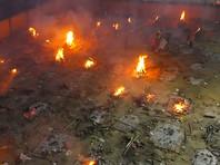 Так как крематории в индийских городах не справляются с количеством трупов погибших от COVID (печи плавятся от круглосуточной работы), то трупы людей сжигают прямо на улице