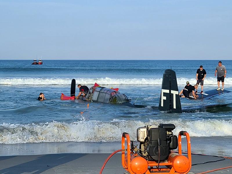 У пляжа во Флориде аварийно сел на воду бомбардировщик времен Второй мировой, распугав купающихся